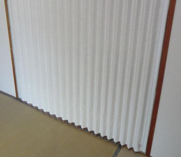 やまなみダウンシールは、シール機構の採用で、床面から生じるすきま風を防止しました。