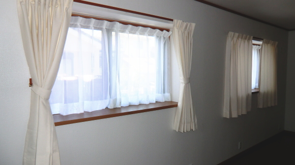 腰窓へオーダーカーテン納品