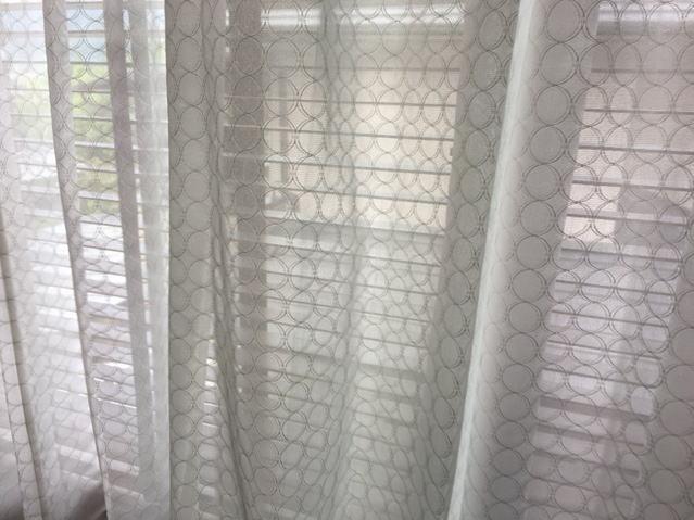 薄い網目模様のレースカーテン
