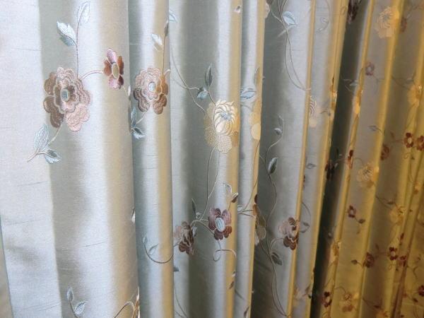 刺繍が施されたオーダーカーテン
