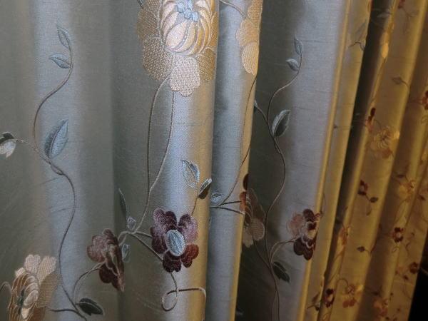 刺繍のオーダーカーテン納品