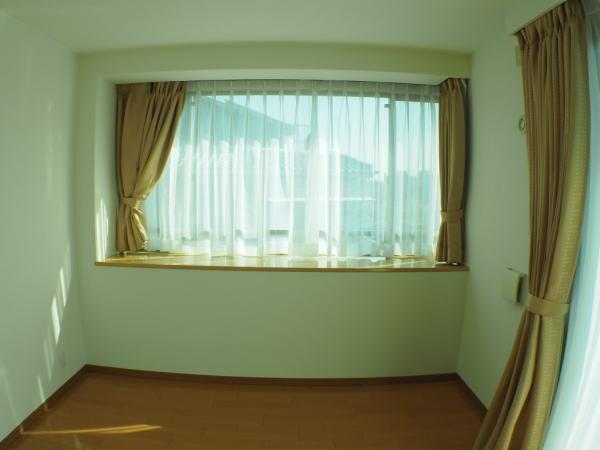 南面出窓にも遮光性カーテンでコーディネートしました