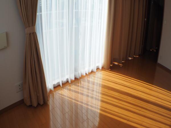カーテンを窓辺に付けることにより室内が柔らかな感じになりますね