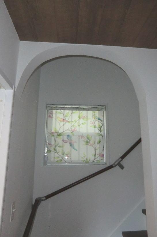 階段窓にはシースルー生地のロールスクリーン納品