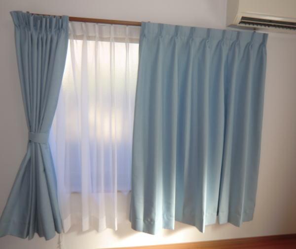 洋室にブルーの2倍ヒダオーダーカーテン