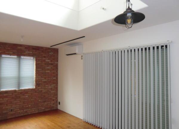 戸建て住宅内リビングモデルハウスに縦型ブラインド納品