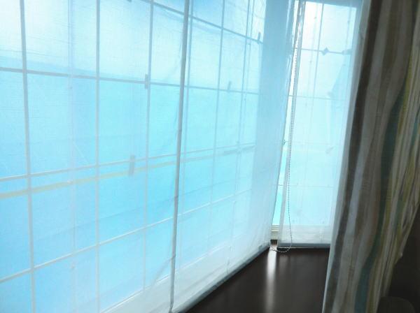 出窓はプレーンシェード、手前は2倍ヒダのオーダーカーテン納品