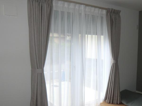 リビング高窓へオーダーカーテン取り付け納品