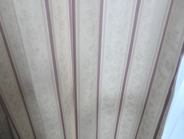 カーテンファブリクスは室内が華やかになる薄てピンク色のストライプ柄