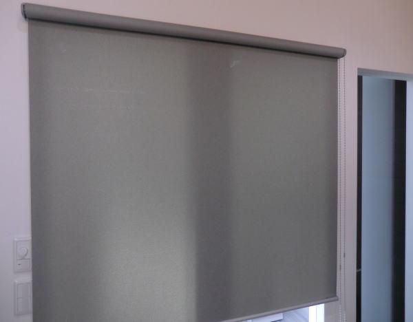 横室からの視線(商談・ミーティング時)プライバシー保護としてロールスクリーン取り付け