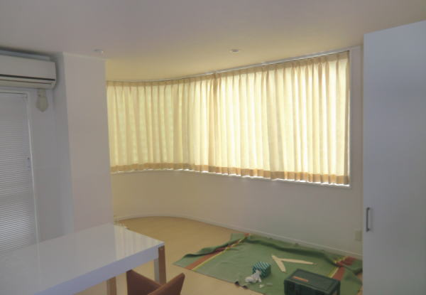 半アーチ型窓へオーダーカーテン納品