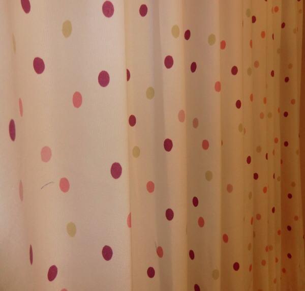 水玉模様のオーダーカーテン(ピンク色)