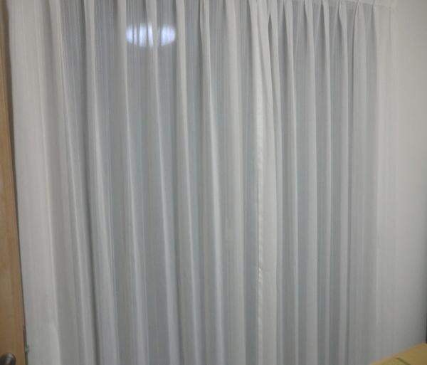 腰窓へレースカーテンで野外より目隠し(紫外線カット機能付き)