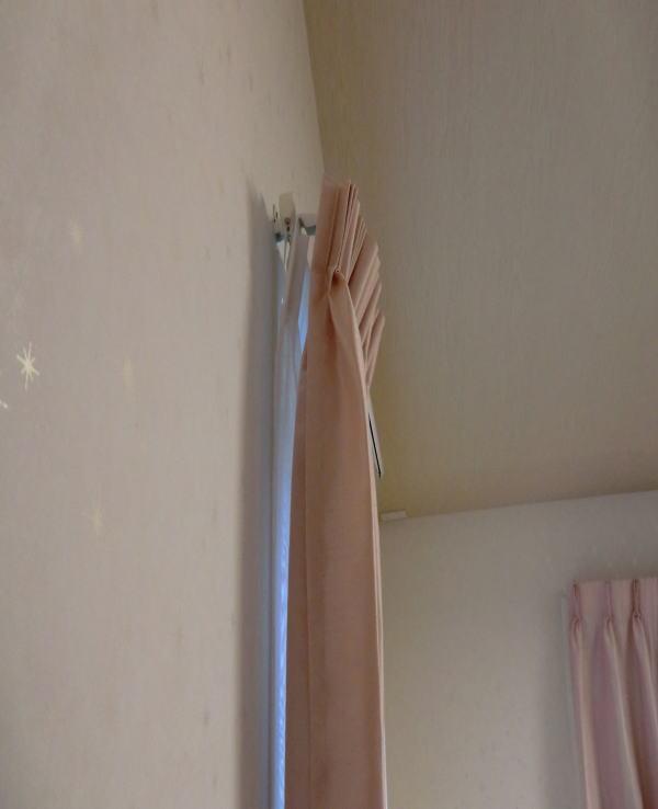 丁寧にカーテンレールを取り付けしております。