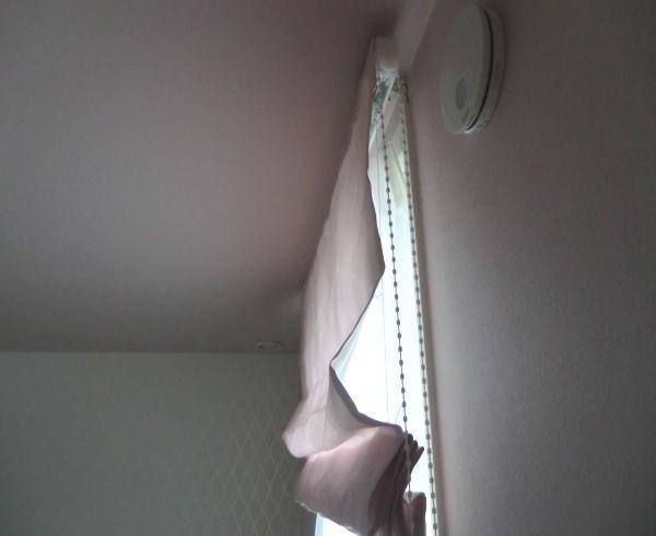 レースカーテンの裾は、巻きロック仕上げ(ウエイト鉛入り)のすっきり仕上げ加工です。