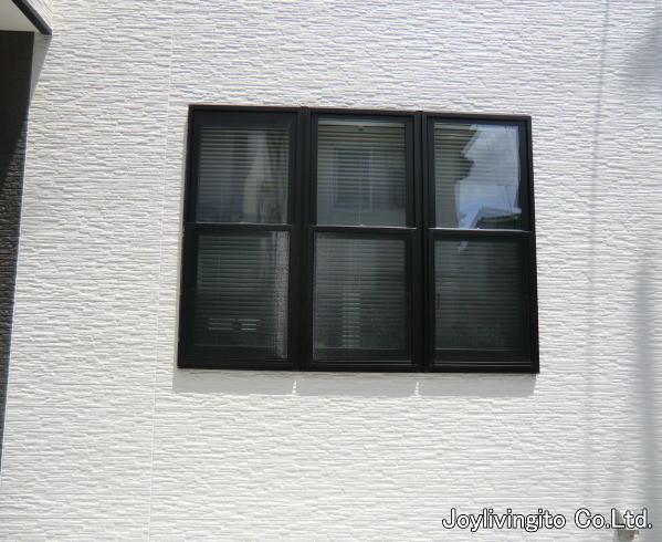 ブラインドを取り付ける事により、野外よりの視線を遮ります。プライバシーも守られるウインドファブリックです。